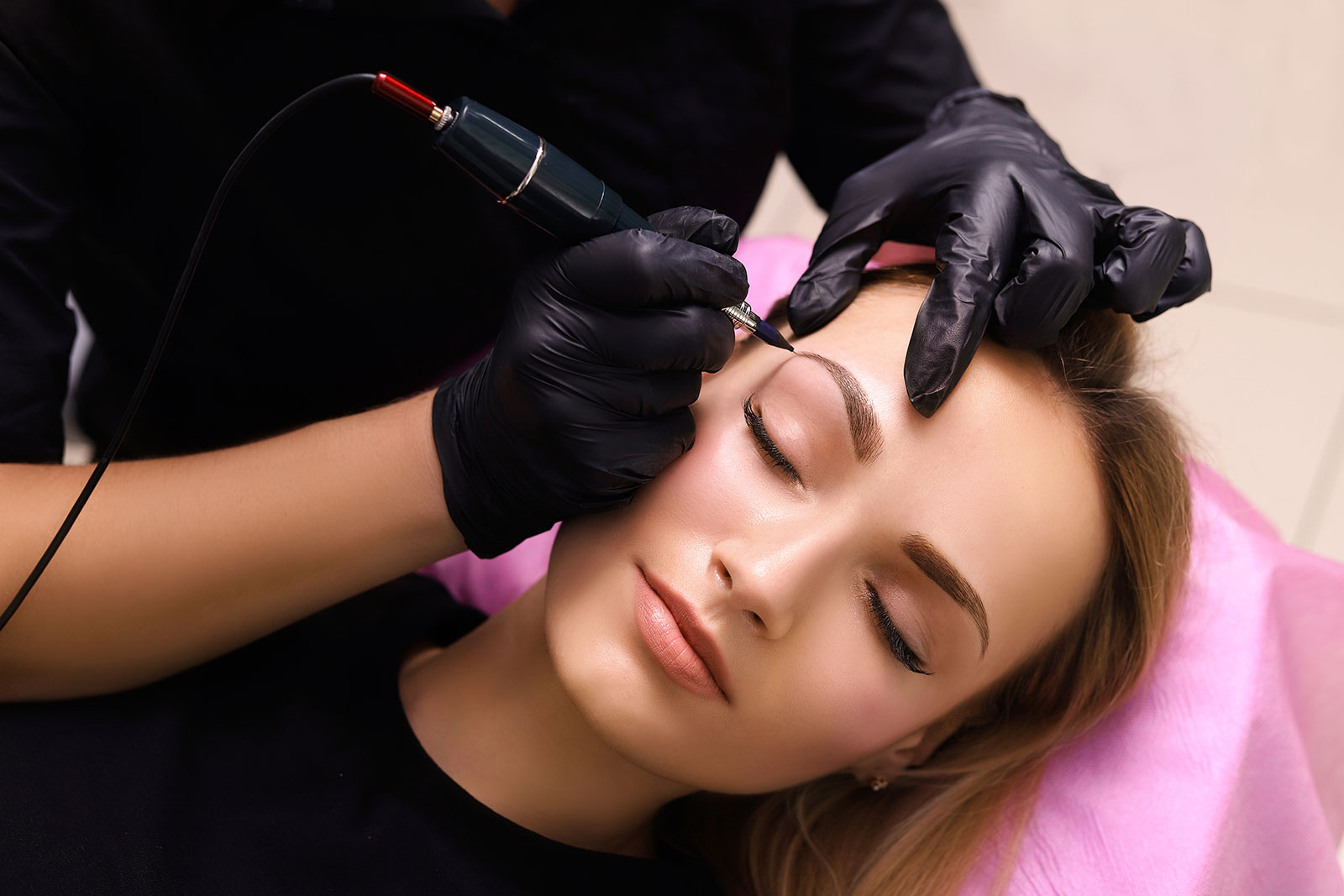 Zalety makijażu permanentnego – dlaczego warto wykonać zabieg?